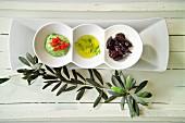 Grünes Tahini, Olivenöl und schwarze Oliven