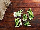 Verschiedene grüne Bohnensorten und Erbsen