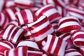 Viele rot-weiss gestreifte Pfefferminzbonbons