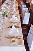 Gedeckte Tafel mit Teller gefüllt mit Olivenöl