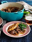 Rindfleisch-Bier-Eintopf mit Käsecroutons, Zwiebeln und grünen Bohnen