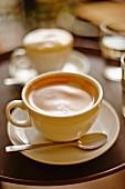 Cappuccinos auf Tablett