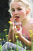 Mädchen probiert frisch abgefüllten Waldhonig