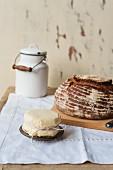 Brotlaib und frische Butter
