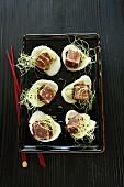 Häppchen mit Thunfisch, Wasabi & Sprossen auf Krupuk