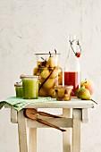 Stillleben mit Gewürzbirnen, Bratapfelmarmelade, Apfelgelee und Apfel-Zimt-Sirup