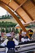 Traubenanlieferung zur Bodegas Protos, unterhalb der Burg von Penafiel (Castilla y Leon, Spanien, im Weinbaugebiet Ribera del Duero)