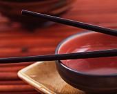 Asiatische Essschale mit Stäbchen (Nahaufnahme)