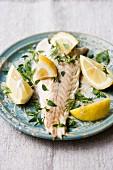 Barsch in Salzkruste mit Zitronen, Dill und Thymian