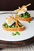 Crostini with beans, fish and skinny chips