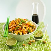 Rice noodles with prawns, vegetables and peanuts
