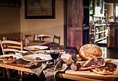 Rustikal gedeckter Tisch in italienischem Restaurant