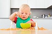 Kleinkind spielt mit Spaghetti
