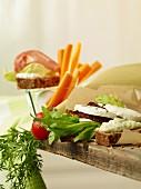 Kohlenhydratarm belegte Brote mit Gemüse und Mozzarella