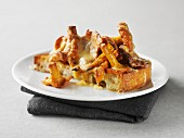 Toast with chanterelles and cheese