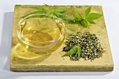 Hanf (Cannabis Sativum) getrocknet & als Tee aufgebrüht