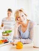 Mutter & erwachsene Tochter beim Kochen in der Küche