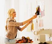 Junge Frau bei der Arbeit als Designerin