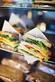 Verschiedene Sandwiches in Auslage einer Cafeteria