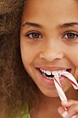 Mädchen isst Zuckerstange