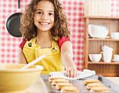 Mädchen bäckt Kekse