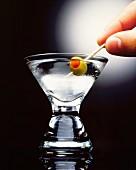 Klassischer Martini mit grüner Olive