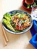 Salat mit eingelegtem Gemüse und gegrillter Pute (Asien)