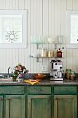 Rustikale Küche mit Espressomaschine und Vorratsgläsern mit Lebensmitteln