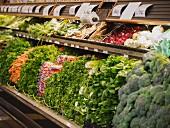 Gemüseauslage im Supermarkt