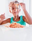 Kleines Mädchen beim Spaghettiessen
