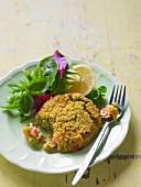 Lachspuffer mit Blattsalat und Basilikum