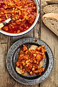 Baked beans with bread