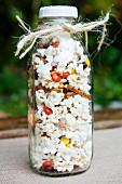 Popkorn und Knabbereien in einer Glasflasche