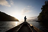 Angler auf einem Boot im Abendlicht