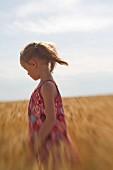 Kleines Mädchen im Weizenfeld