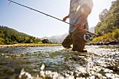 Durchs Wasser watender Angler