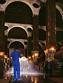 Wasser auf den Sandboden spritzen, um die Feuchtigkeit in der Kathedrale von Bodega Antonio Barbadillo zu erhöhen (Sanlucar de Barrameda, Andalusien, Spanien)