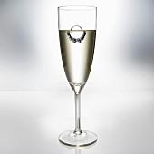 Diamantring in Champagner schwimmend