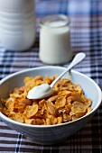 Cornflakes with almonds and yoghurt