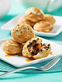 Ebelskiver mit Karamell, Schokolade und Pecannüssen