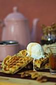 Glutenfreie Waffeln mit Vanilleeis und Agavensirup
