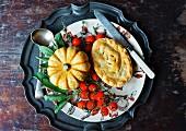 Kürbispie für Halloween mit Gemüsedeko