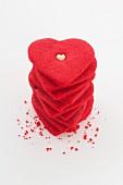 Herzförmige rote Cookies, gestapelt