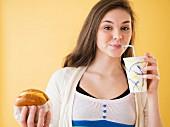 Teenager mit Softdrink & Burger