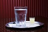 Wasser und Zitronensaft auf Tablett im Cafe