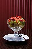Obstsalat mit Belegkirschen in einer Glasschale