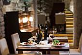 Restauranttisch mit Wein, Rindermedaillon und gegrillter Leber mit Feigen