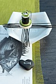 Designer-Teller mit Sushi auf Papierset mit Fischzeichnung und Tischläufer