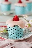 Raspberry cupcakes with crea