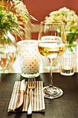 Festlich gedeckter Tisch mit Windlichtern & Blumenschmuck